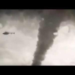 巨大な竜巻に巻き込まれるヘリコプターが映画のようで恐ろし過ぎる!!
