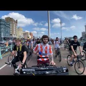 自転車をこぎながらライブをするDJがなんだか楽しそう!!