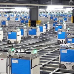 無数のロボットが働く食品梱包の倉庫が近代的すぎて凄い!!
