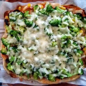 ブロッコリーたっぷりのピザ