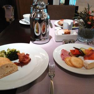 フォーシーズンズホテル・モスクワの朝食とオホトニ・リャトでの軽食【モスクワ旅行 10】