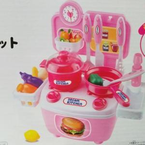 【ダイソー】500円のおままごとキッチンセットが評判!
