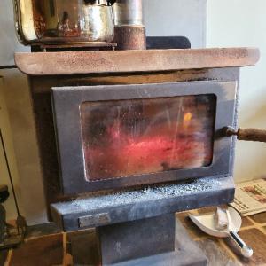 薪ストーブの設置の仕方 、オーストラリアでの薪ストーブ設置費用の相場 ~我が家の模様替え~