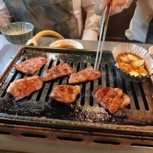 京橋の焼肉元気くんで肉を食う愉快なおっさん