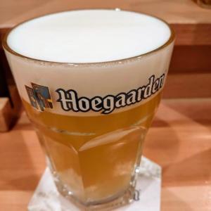 カルロッタでヒューガルデンを飲む愉快なおっさん