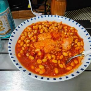 チキンのトマト煮に豆を入れる愉快なおっさん