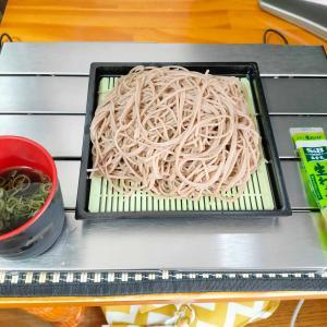 業務スーパーで買った一キロ198円の乾麺そばを自宅で食う愉快なおっさん
