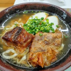 沖縄のどん亭で沖縄そばを食う愉快なおっさん
