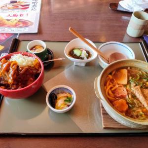 大垣市の朝日屋で味噌煮込みうどんと味噌カツ丼を食う愉快なおっさん