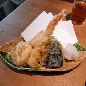 布施のお魚スタンドゆうじで天ぷら定食を食う愉快なおっさん