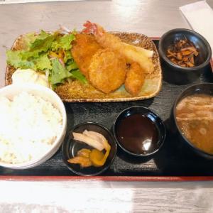鶴橋の魚八商店でフライ定食を食う愉快なおっさん