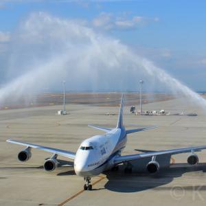 【迫力の放水アーチ!】空港消防車による歓迎放水を受ける飛行機写真特集!