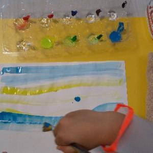 卵とヨーグルトの容器で絵の具のお絵かき