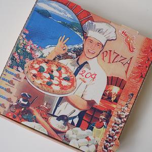 ピザ箱のさわやかなお兄さん