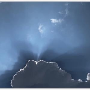 頭上の真っ黒な厚い雲