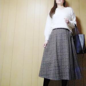 【GU】意外にも黒が人気?なフェザーヤーンVネックセーターの白コーデ