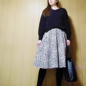 【GU】全サイズ品切れの人気色フェザーヤーンVネックセーターの黒でコーデ