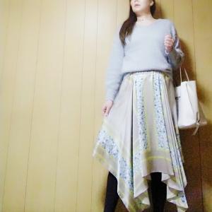【GU】どんな色にも馴染みやすいライトグレーのフェザーヤーンVネックセーターでコーデ