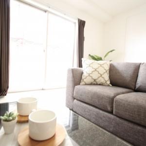 I love to kick back and relax on a sofa. ってどんな意味?~kick back その1~【句動詞表現#50】