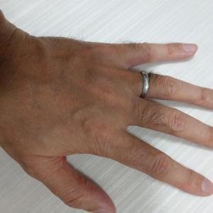 手には指輪。