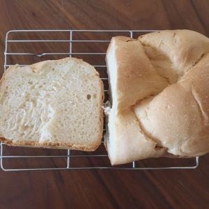 《レシピ》はちみつミルク食パン。ホームベーカリーの早焼きで、焼き色濃いめ。