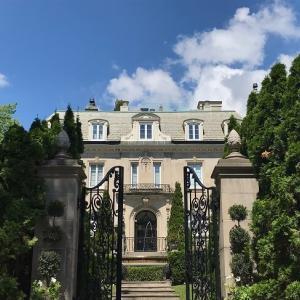 豪邸が並ぶ高級住宅街を散策。素敵な家を眺めるだけで楽しい モントリオール