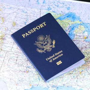 パスポートを預かって返さない?