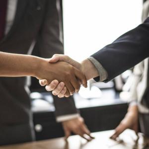 【元人事の意見】転職エージェント vs 直接応募!有利なのはどちらだ?