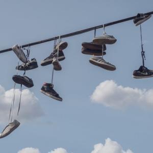 【知ってる?】メキシコはなんで電線に靴がぶら下がっているの?Shoefitiとは?