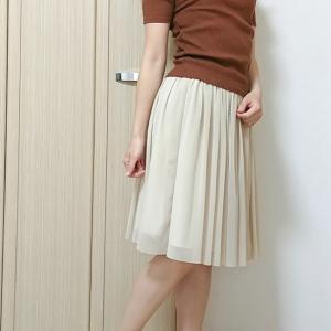フレアスカートとリブトップスでシンプルなフェミニン系ブラウンコーデ