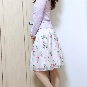 【コンサバ系ママコーデ】ラベンダー×ピンクのお花畑スカートのフェミニン系コンサバファッション