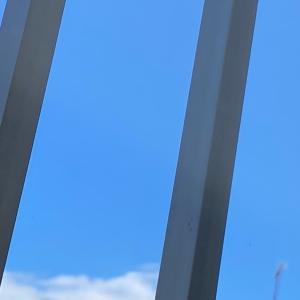 薬局の窓から見上げた青空。青空は視野を広げる。いつでも羽ばたいていける。