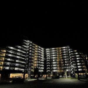 闇夜に浮ぶ集合住宅