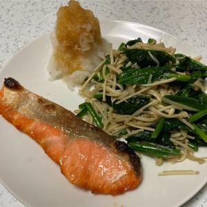 焼き鮭に大根おろしを添えてほうれん草とえのきを一緒に炒めた。