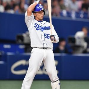 勝ち越しのチャンスをつくるツーベースヒットの福田
