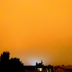 紅く染まった空と家