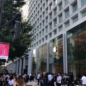 Apple Store の新店舗「Apple 丸の内」のオープン日に訪れました