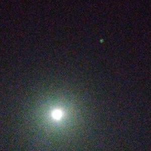 満月の横の緑色の飛行物体は何!?