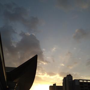 日の出はビルの中から。