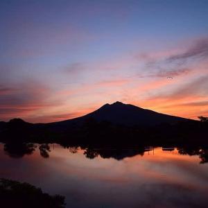真っ赤な岩木山の夕焼け