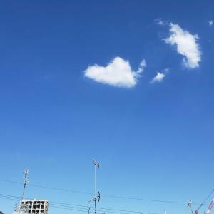 上を向いて歩こう⤴と思った空 ハート型の雲に出会う💗