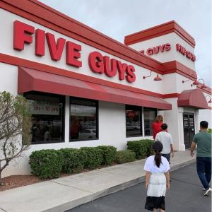 【子連れでアメリカ旅行記⑥】アメリカの風景広大すぎる…✨この日のランチはピーナッツが無料で食べれるバーガー屋さん(FIVE GUYS)🎵