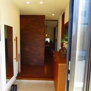 【web内覧】シューズクロークを設け、1枚扉とした二世帯住宅の玄関