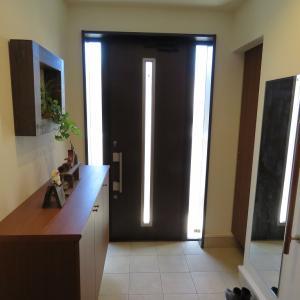 玄関扉中央と扉の左右にスリットが入ったことで、明るい玄関となりました