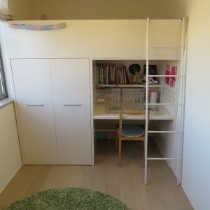 ベッドと机が一体になった子ども部屋用の家具=システムベッドにまつわる話