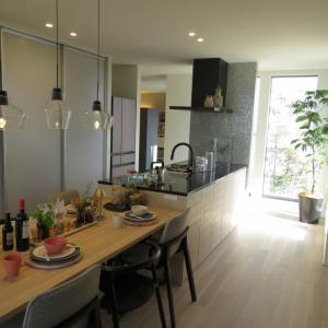 二世帯住宅、フロアで異なる床の色はどこで切り替える?