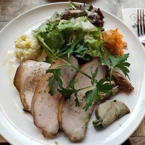ハイライフ ポーク テーブル (その他外国料理/代官山)  香り高くしっとりと旨いスモークローストポーク