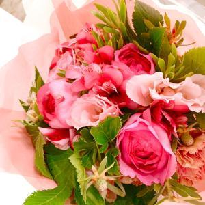 サプライズの花束と素敵な贈り物を楽しんでます