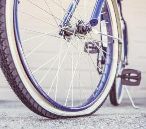見知らぬおっさん、他人の自転車をこっそりパンクを修理「恩に思ったら家族に恩返しを」