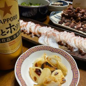 夜ごはんは、蛸刺身と金串焼きと焼きニンニクと焼き茄子煮浸しと〆にババのお赤飯